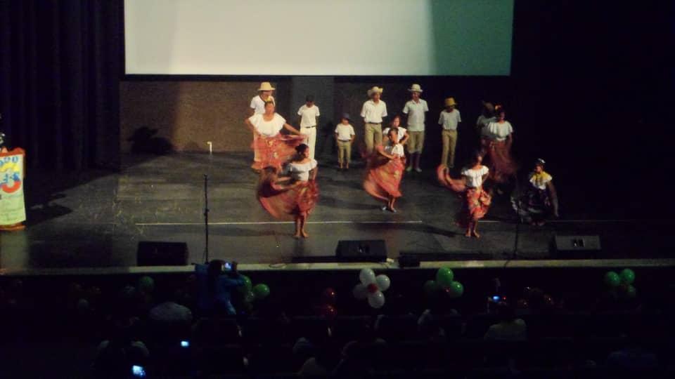 """Idenna acompañó a niños y niñas del C. E. E. """"Caipa"""" en un acto realizado en el Teatro Angostura de Bolívar"""